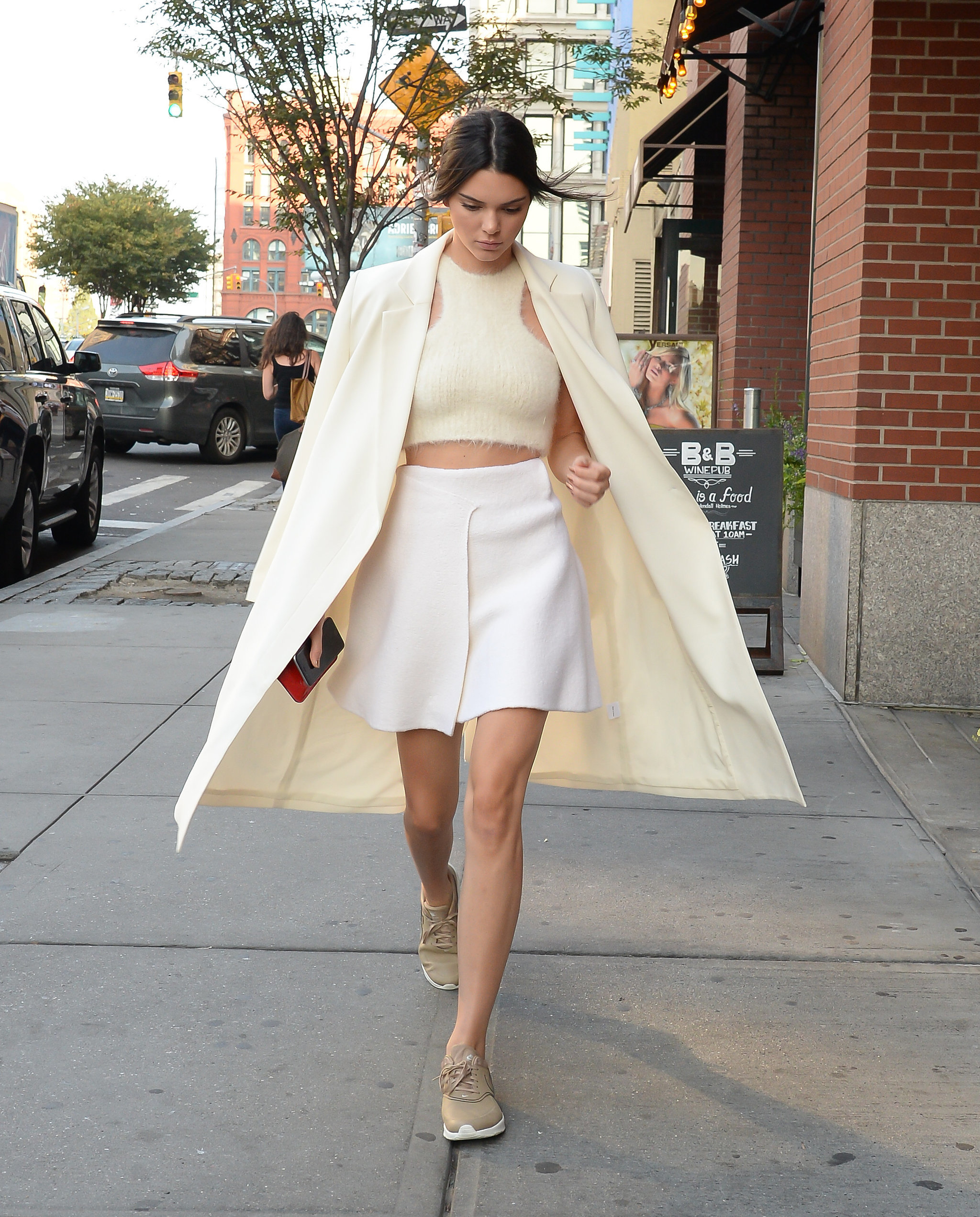Kendall-sneaker-chic-all-white-outfit-day